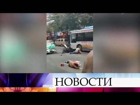 В Китае мужчина захватил рейсовый автобус и направил его на людей.