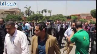 بالفيديو : مدير امن المطار مسرعا لاستقبال جثمان العالم أحمد زويل