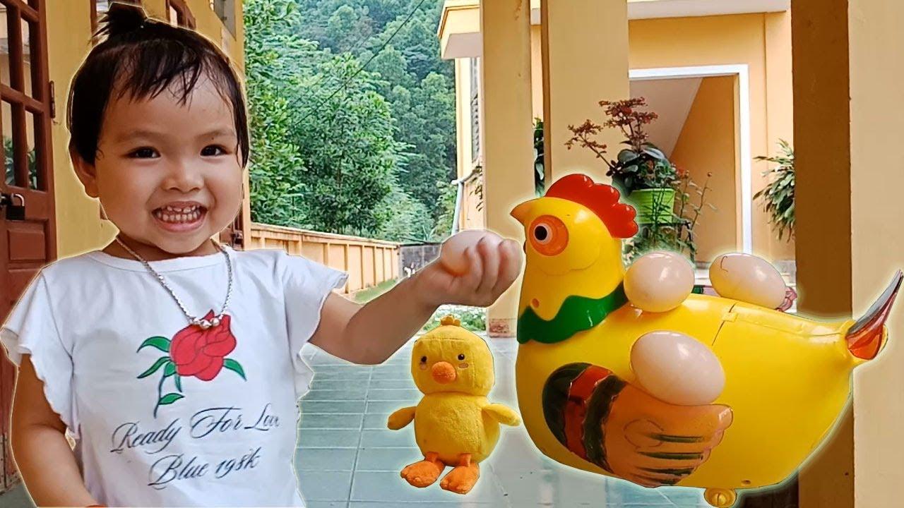 Bé chơi trò chơi gà đẻ trứng và ấp trứng nở ra gà con❤Ngân hà TV❤