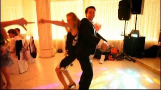 Танец с гостьей на свадьбе.