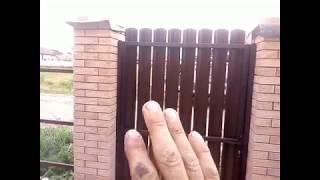 Откатные ворота и калитка из евроштакетника своими руками.Установка замка.