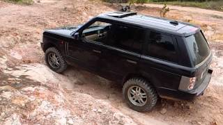 L322 range rover tackling a hard section