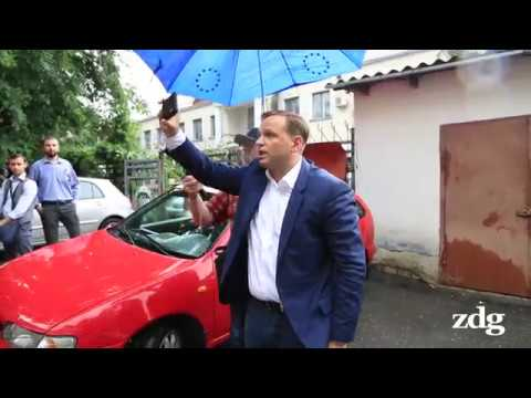 Andrei Năstase în curtea din spate a sediului CEC