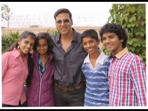 Akshay Kumar meets the child actors from 72 Miles Ek Pravas (Uncut)