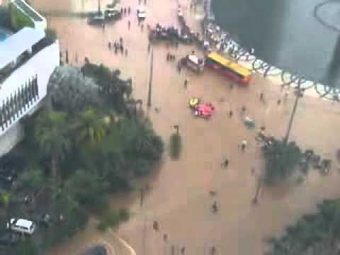 Banjir Jakarta Bunderan HI 17 Januari 2013   YouTube