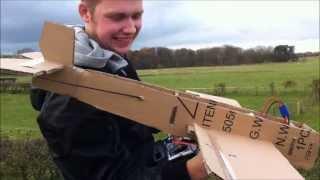 段ボール製の「ラジコン飛行機」、完璧フライトに開発者たちは大爆笑