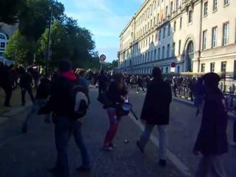 Charge Des Manifestants Sur Les Policiers En Civil