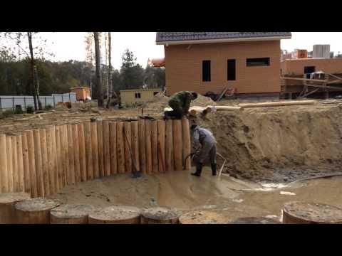 Укрепление берега бревном лиственницы,погружение деревянного шпунта с помощью гидроразмыва почвы.