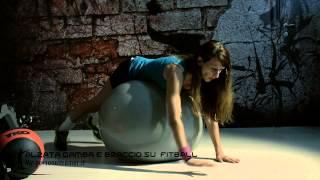Alzate della gamba e del braccio con fitball - Terry Fitness