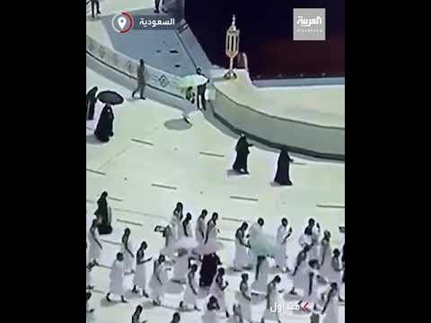 مشهد إنساني عفوي من رجل أمن سعودي تجاه أحد المعتمرين داخل المسجد الحرام