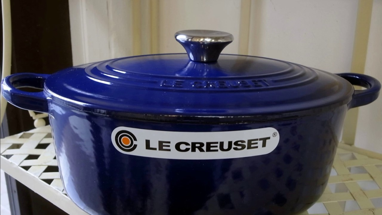 le creuset cocotte ovale 25 bleu indigo youtube. Black Bedroom Furniture Sets. Home Design Ideas