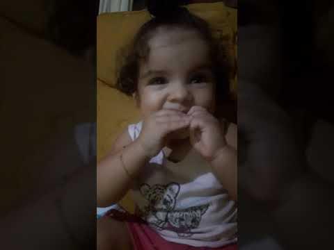 Baby Victoria adora comer biscoitos