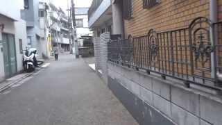 説明 東京 文京区本郷 樋口一葉の旧居跡近くの路地を菊坂の谷に向かい歩く.