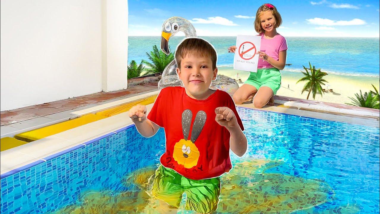 Макс и Катя играют с водой на пляже
