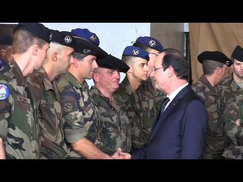 Hollande visits French troops in Central African Republic