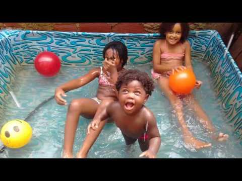 Lindas amigas na piscina