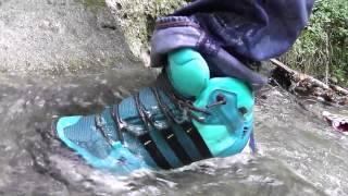 trempage des adidas ax2 dans le ruisseau