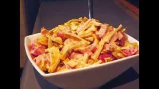 Новогодний салат с омлетом и ветчиной