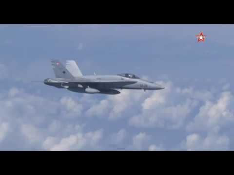 Российский Су-27 отгоняет истребитель НАТО от самолета Шойгу