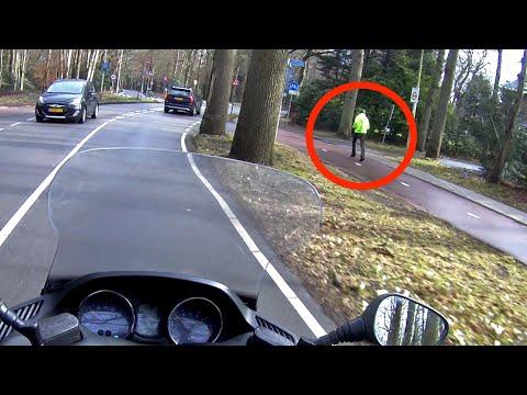 Увидев ТАКОЕ, мотоциклист рванул с места. И стал героем Интернета!