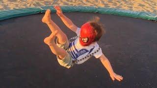 Petit Garçon Adam Saute sur un Trampoline