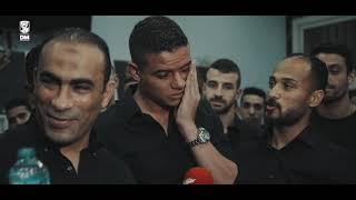 لحظات مؤثرة بكاء و وداع الجهاز الفني واللاعبين لسعد سمير بعد خروجه للإعارة