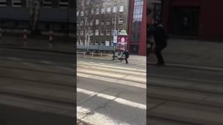 Wściekły rowerzysta atakuje tramwaj
