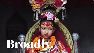 ネパールでは、32もの条件を満たす幼い少女を選び出し、女神クマリとして崇拝する。クマリは家族としか会話を許されず、足を地につけてはなら...
