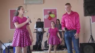 Марьяновский коллектив выступает на свадьбе.