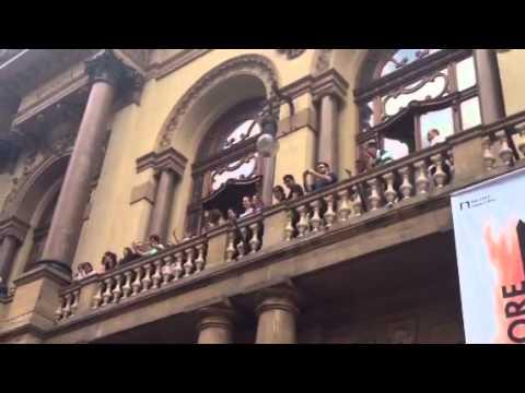 Familiares acenam para o público após velório de Paulo Goulart