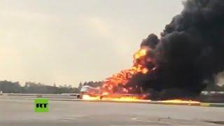 Momento exacto del aterrizaje de un avión en llamas en un aeropuerto moscovita