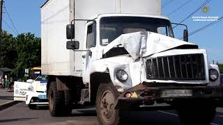 Водій ГАЗ отримав травми внаслідок зіткнення з маршрутним авто