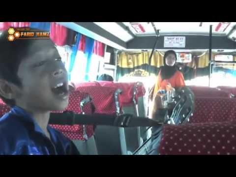 Pengamen Jalanan Suara Merdu  Farizal nyanyi lagu religi di Bus Bikin Hati Adem