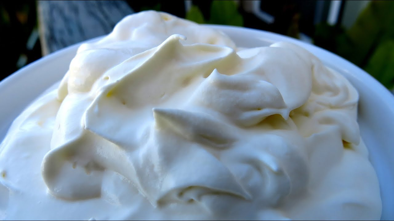How does one make sour cream with lemon juice?