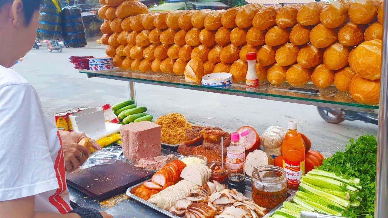 Hai chị gái dễ thương bán Bánh Mì Kẹp Thịt 15k trên vỉa hè Sài Gòn