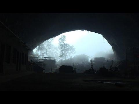 في الصين مجموعة من الناس تعيش في كهف شاسع