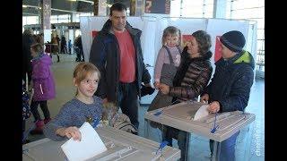 Маргарита Гусева голосует в Ледовом дворце