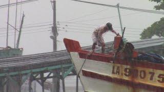 Các loại tàu chạy hết công suất trong cơn mưa tầm tã