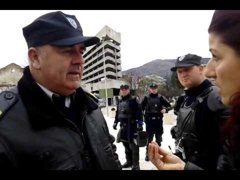 Policajac koji legitimiše odbija da se predstavi, te prijeti optužbom za napad na službeno lice