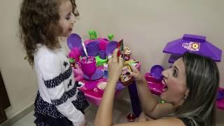 MÃE E FILHA BRINCANDO DE COZINHAR - Virou Smoothie Challenge - Erlania e Valentina