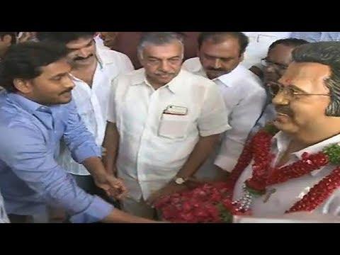 దాసరికి నివాళులర్పించిన వైఎస్ జగన్ || YS Jagan pays floral tribute to Dasari Narayana Rao