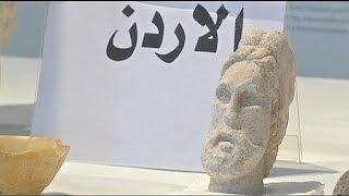 مئات القطع الأثرية تعود الى العراق   9-7-2015