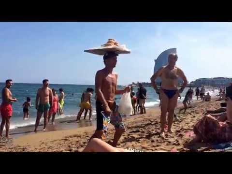 Видео: Barcelona beach Барселона - поющий продавец пирожков
