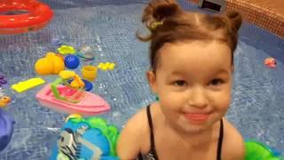 Дети в бассейне, уроки плавания для малышей, Fitness One,