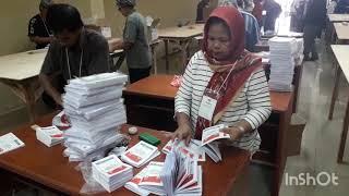 Melihat Proses Pelipatan Surat Suara di KPU Jakarta Utara