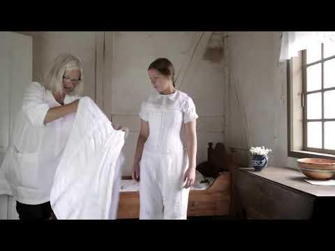 Kvinde tager 1864 tøj på