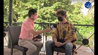 """Entrevista  a Santi Senso en Sentir Cáceres TV presentando su libro """"PARIR, VOLVER AL VIENTRE""""."""