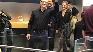 Gambar cover Tim Cook - Visit to Apple Store in Tokyo