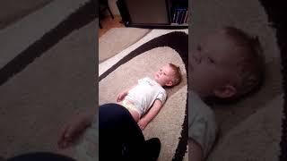Мальчик плачет от песни деда