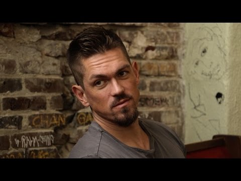 'Shameless' Star Steve Howey Discusses Upsides of time Comedy's New 'Throuple'